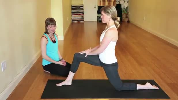 How to Do Yoga Low Lunge With Quad Stretch Pose - Women's Fitness